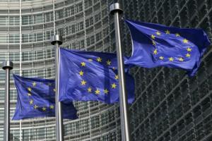 Flaggen vor dem EU Kommissionsgebäude in Brüssel